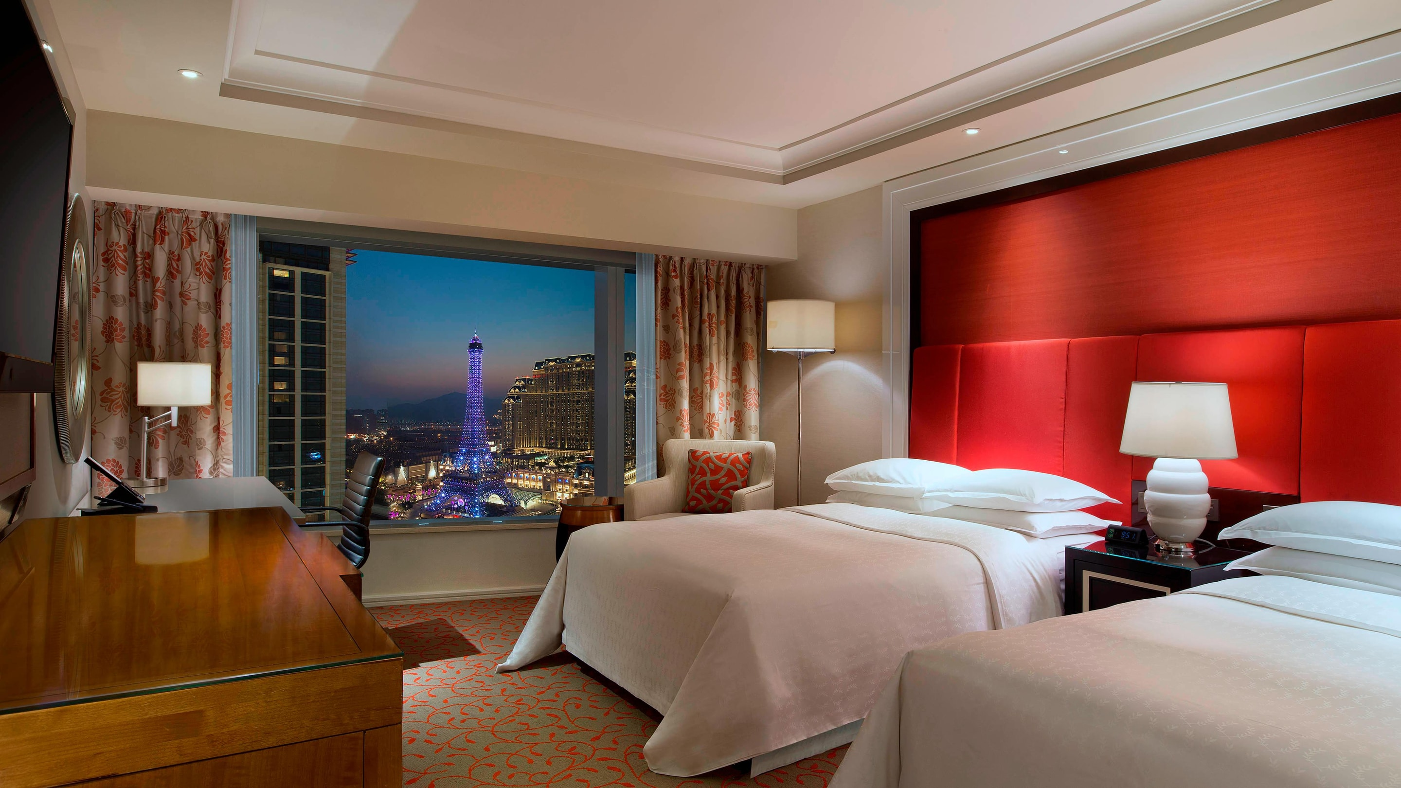 Twin deluxe guest room with eiffel tower view